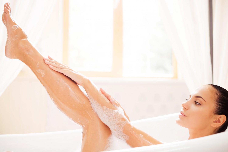 BM_Taking good care of her skin_69891088