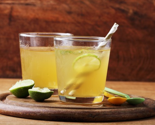 DM_cold gold soft drink from lime and honey with gold straw_83514050