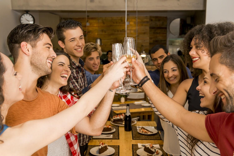 BM_Friends having a toast_86797834
