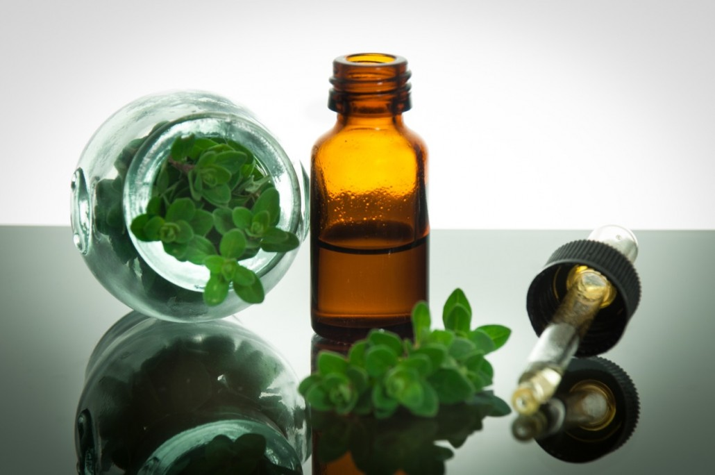 BM_essential oil with oregano leaves_50822693