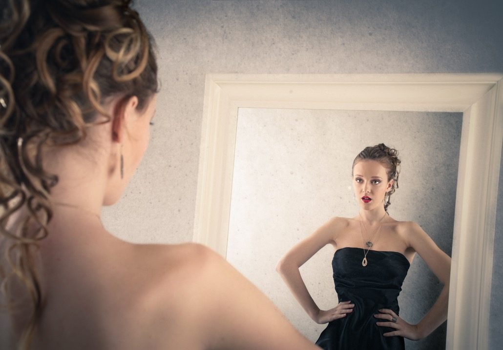 BM_Girl looking at herself into the mirror_72627007