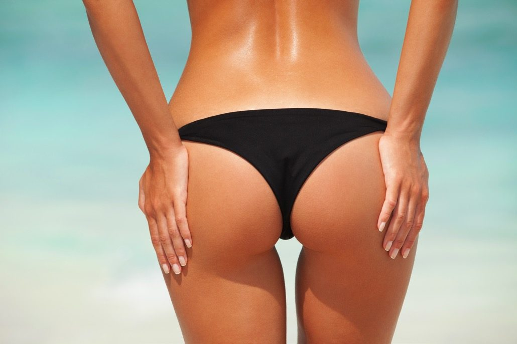 BM_Sexy woman buttocks on the beach background_58562414