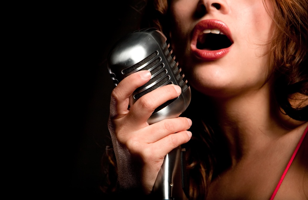 BM_Beautiful singer singing with microphone_20726067