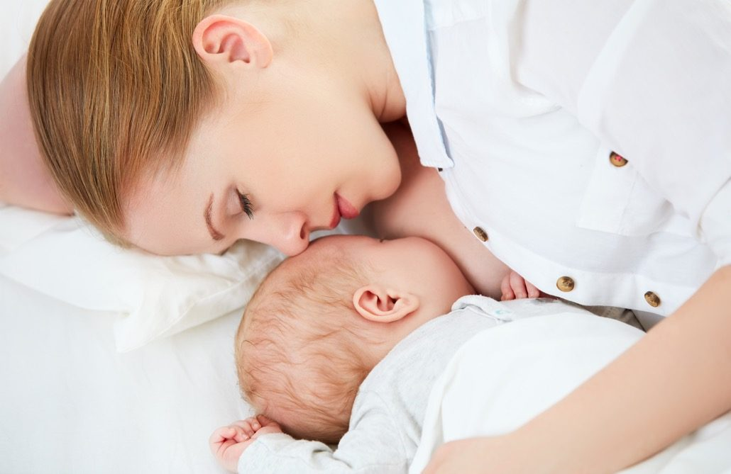 bm_sleeping-together-and-breastfeeding-mother-and-newborn-baby_101155355