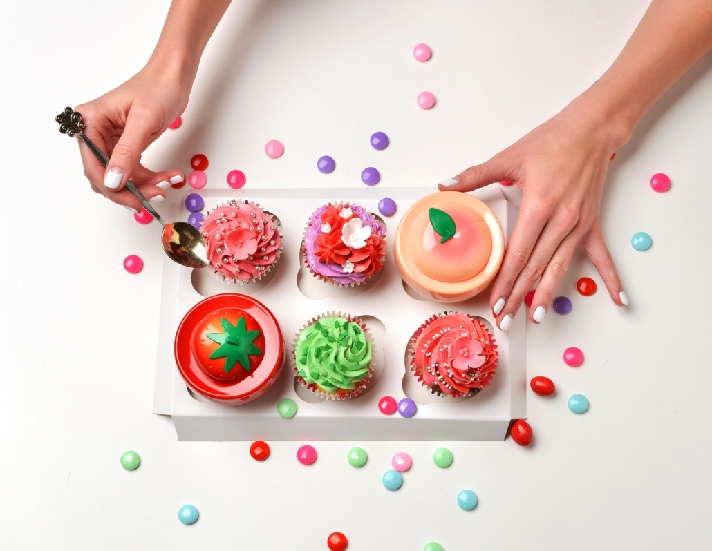 bm_beautiful-woman-hands-with-french-manicure-and-sweet-candy-cakes_110814253