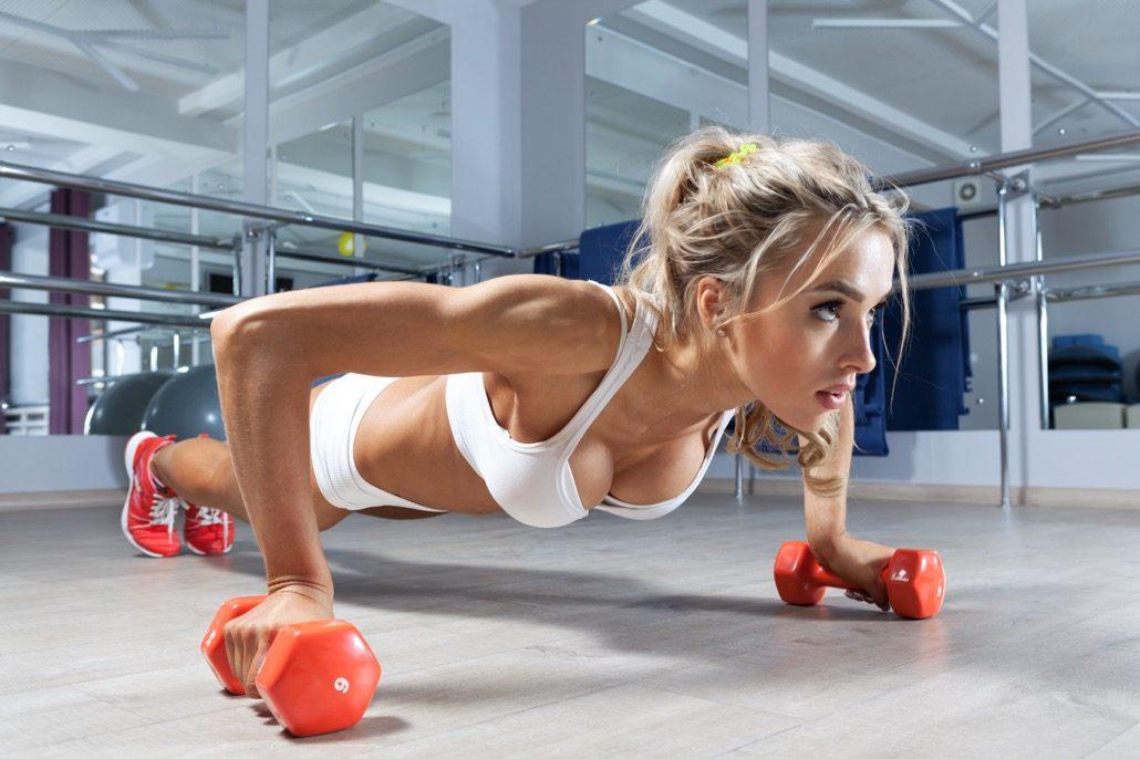 bm_woman-push-ups-on-the-floor_81847688