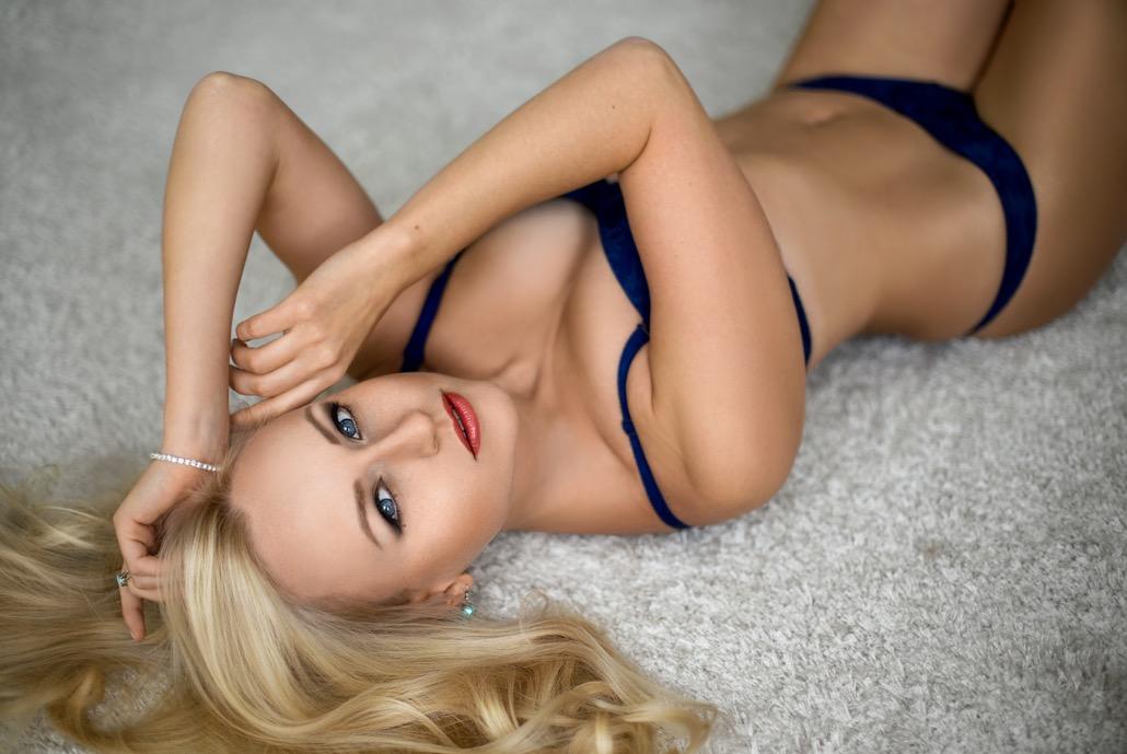 bm_beautiful-woman-posing-at-the-floor-in-lingerie_124357927
