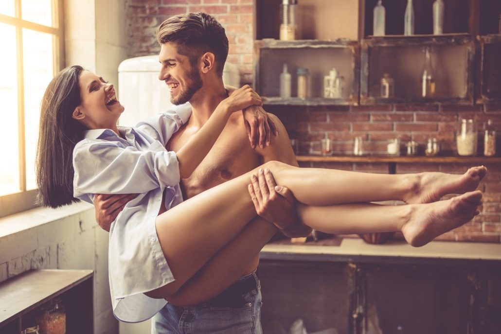 bm_sexy-young-couple-in-kitchen_124181662