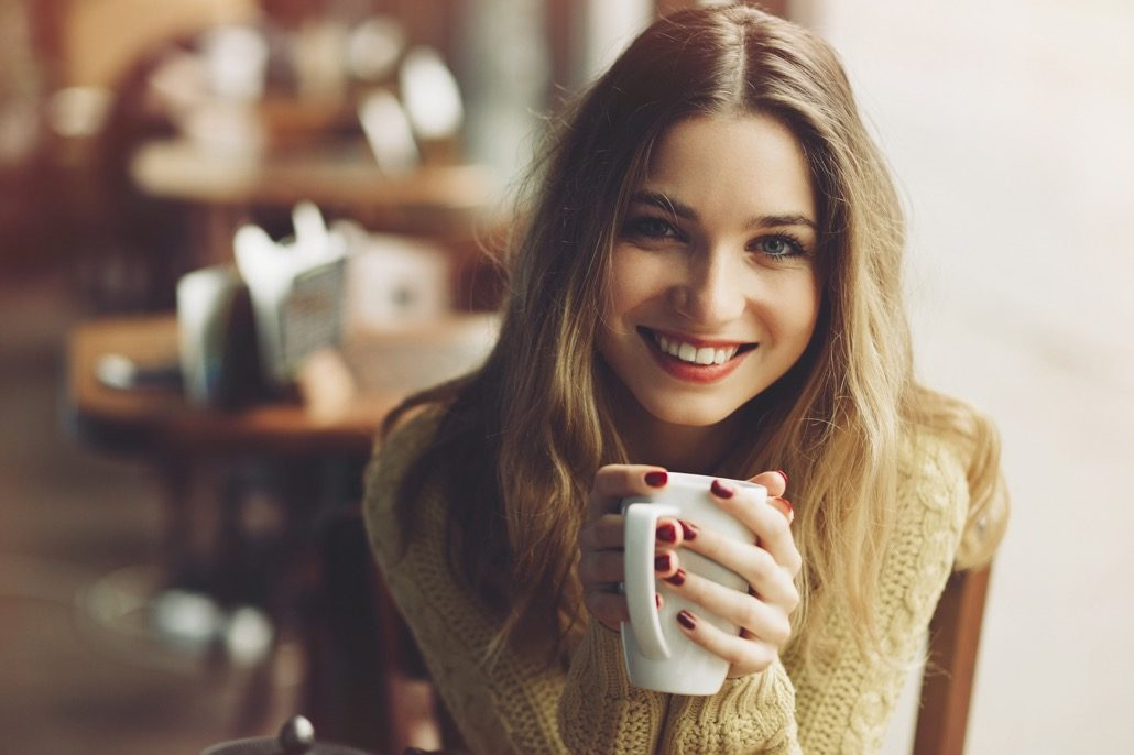 BM_Charming girl drinking cappuccino and eating cheesecake_99966080
