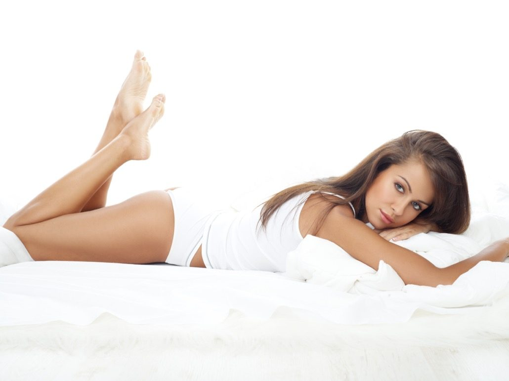 BM_Portrait of beautiful woman in white bed_12172780