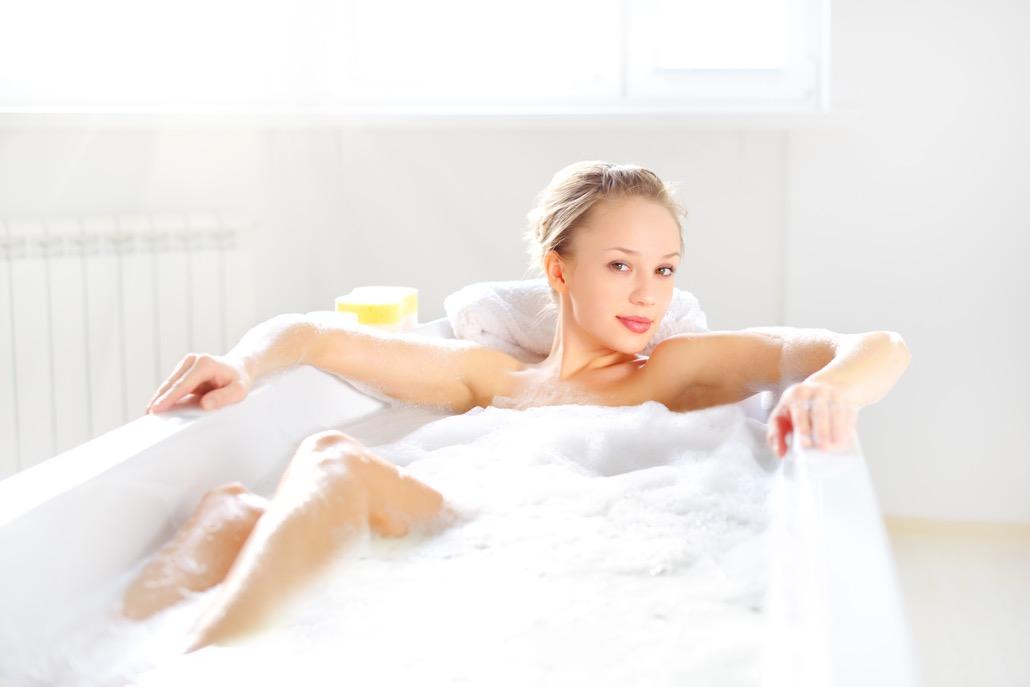 BM_Attractive girl relaxing in bath_49401141