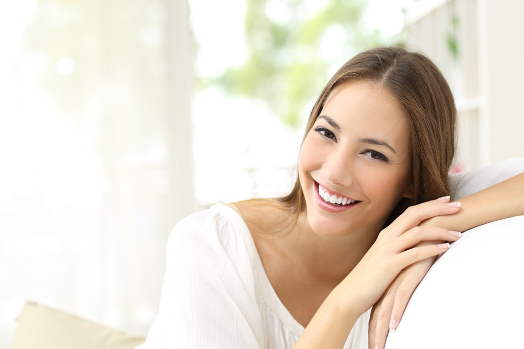 BM_Beauty woman with white smile at home_99777232