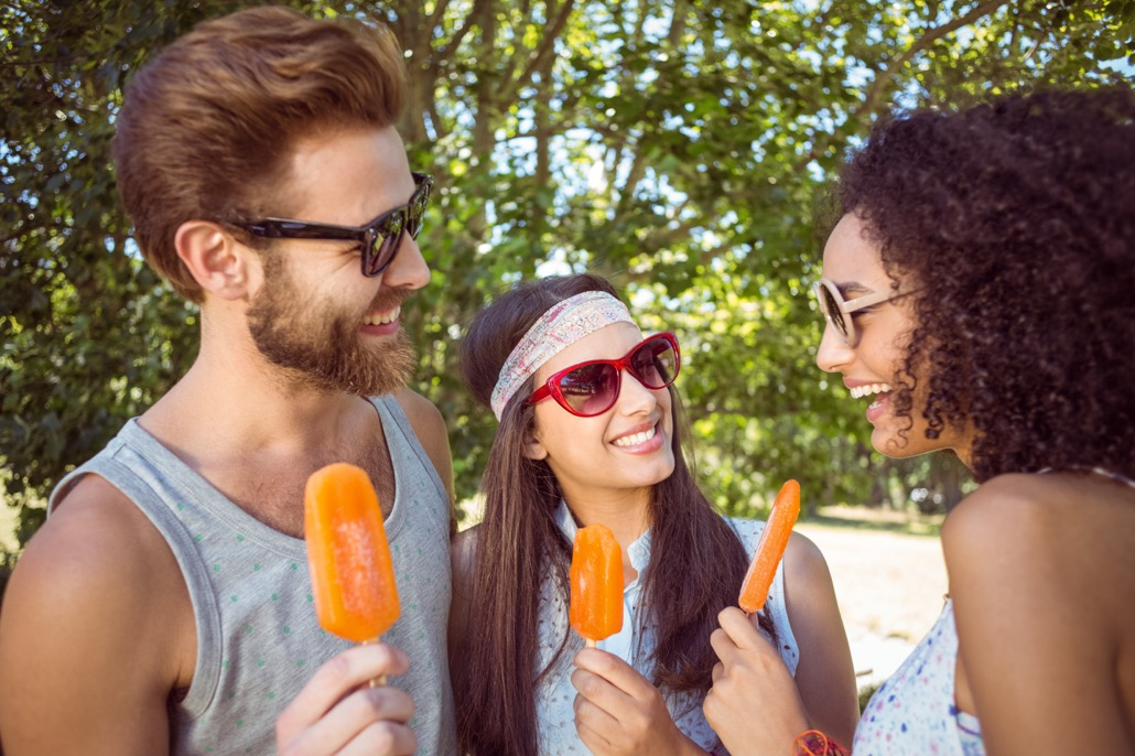 BM_Hipster friends enjoying ice lollies_78883815
